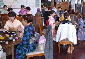 昨年の美女子会で、着付けをした後、日本酒と軽食を楽しむ参加者=佐賀市の浪漫座