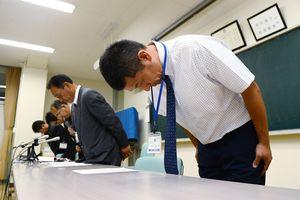 謝罪する徳山誠一朗監督(右端)ら=22日午後8時ごろ、佐賀市の龍谷高校