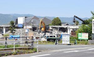 新市庁舎の建設地となる旧神埼町保健センターの解体作業が続いている=神埼市神埼町