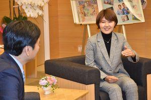 昨季の戦いを報告するプロゴルファーの権藤可恋選手(右)=佐賀県庁