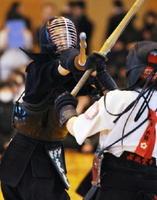 女子決勝・龍谷-杵築 力強いメンを放つ龍谷の副将東堂陽葵(左)=神埼市の神埼中央公園体育館