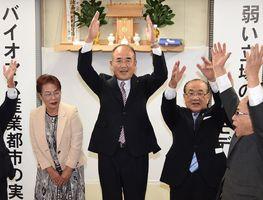 無投票で4選が決まり、万歳三唱する秀島敏行氏(中央)=8日午後6時1分、佐賀市本庄町の事務所