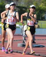 5000メートル競歩女子決勝 24分11秒61の大会新で優勝した清和の渡辺夕奈(右)=佐賀市の県総合運動場陸上競技場