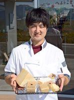 5部門で入賞し、うち2部門で金賞を受賞したナカシマファームのチーズを手にする中島大貴さん=嬉野市塩田町