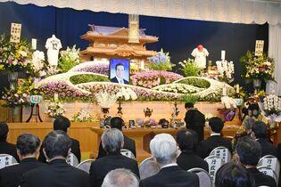 桃崎県議会議長の葬儀、しめやかに