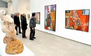 美術教師の作品と、昨年逝去した田﨑一弘さんの遺作を並べた「県高校美術教師作品展」=佐賀市本庄町の佐賀大学美術館