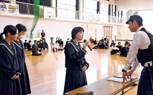 養成講座で交番に通報する練習をする三田川中の生徒たち=吉野ヶ里町の同校