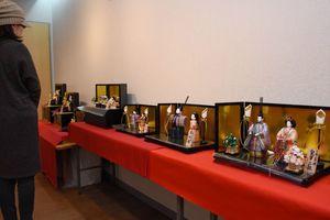 手織り佐賀錦の華やかなひな人形が並ぶ=佐賀市天神のぎゃらりぃふじ山