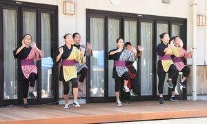 ステージでダンスを披露する「みらぃ」のメンバー=基山町の洗心寮