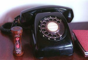 自宅の電話といえばこの黒電話。後にプッシュボタン式も登場した