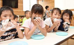 おいしそうに手作りおにぎりを頬張る子どもたち=吉野ヶ里町の三田川放課後児童クラブ