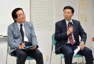 議論を交わす拓殖大の下條正男教授(右)と釜山韓日文化交流協会の朴明欽さん=佐賀市のアバンセ