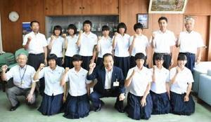 全日本中学生男女ソフトボール大会に県代表として出場した伊万里中女子ソフトボール部