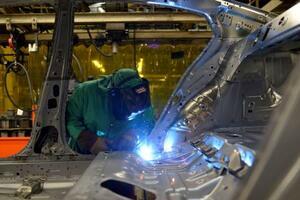 自動車工場で溶接作業を行う労働者=2018年、米テネシー州スマーナ(ロイター=共同)