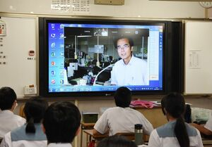 電子黒板を通じて生徒に語りかける石橋節二校長=みやき町の中原中
