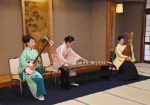 邦楽の魅力が堪能できる演奏を披露した「邦楽3人娘」=佐賀市の楊柳亭