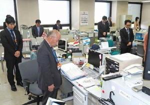 熊本地震の追悼式に合わせ黙とうをする佐賀県消防防災課の職員ら=佐賀市の県庁