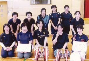 循誘校区一般ソフトバレーボール大会 女子の部で上位入賞したチームの選手たち