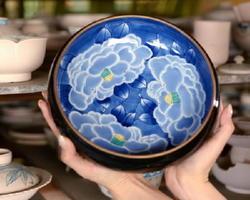 瀬戸口寛子さんの父親の富右ェ門さんが制作した菓子皿。外側の黒が、サザンカ文様を引き立てる