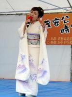 みやき町の時代まつりで熱唱する中山久美子さん
