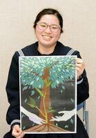 入選に選ばれた作品を持つ神埼中3年の佐藤真妃さん=神埼市の同校