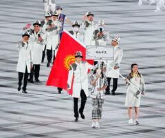 入場行進するキルギス選手団=23日夜、国立競技場