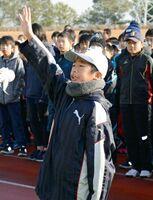 選手宣誓する鹿島東部少年野球の木原汐音君=鹿島市陸上競技場