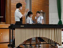 関家真一郎さんとの即興の合奏に成功し、喜ぶ子どもたち=神埼市の神埼小
