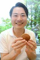 「さがどら」を手にする市丸翔大さん=佐賀市鍋島町の菓心まるいち本店