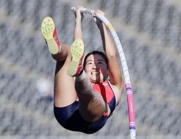 女子棒高跳び 4メートル00で優勝した明石商・古林愛理=エディオンスタジアム広島