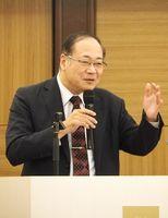 「認知症予防の重要性と今後の展望」と題し講演する鳥取大学医学部の浦上克哉教授=佐賀市のマリターレ創世