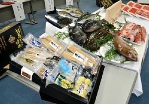 対馬市が提供する鮮魚や干物と、基山町が提供する佐賀牛=基山町役場