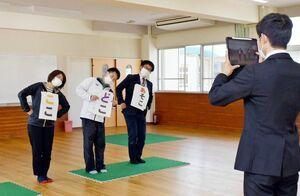 児童に向けた動画を撮影する西与賀小の教員たち=佐賀市の同校