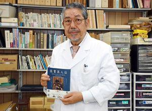 「先人たちを知ってもらいたい」と話す、佐賀医学史研究会の鍵山会長=佐賀市鍋島の養正会薬局