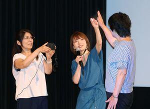 体温が下がる実験で水を吹き付ける奈良岡希実子さん(中央)=佐賀市のアバンセ