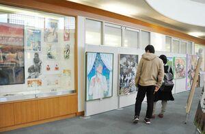 16人の独創的な作品が来場者を楽しませている卒業制作展=佐賀市天神の市立図書館