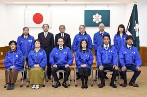 技能グランプリの5職種に出場する県勢の6人(前列)=佐賀県庁