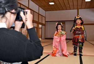 甲冑(かっちゅう)や打ち掛けを着て記念撮影する子どもたち=佐賀市の佐賀城本丸歴史館