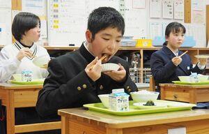 おいしそうに給食を頰張る生徒たち=佐賀市の小中一貫校富士校中学部