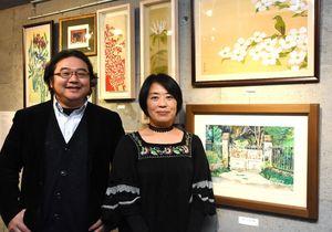 今年で2回目の2人展を開く濱智子さんと大串亮平さん=佐賀市白山のギャラリー遊