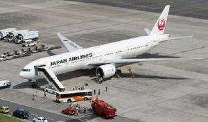 左エンジンのトラブルで羽田空港に引き返した日航6便ボーイング777=5日午後0時54分(共同通信社ヘリから)