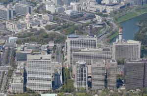 霞が関の官庁街(手前)。左奥は国会議事堂=東京都千代田区