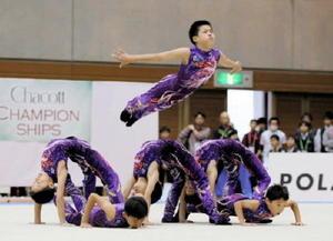 全日本ジュニア新体操選手権男子団体で優勝した神埼ジュニアクラブの演技(清水綾子さん撮影)