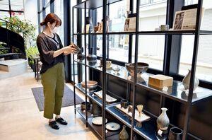 「KARAE」インフォメーションに併設されている唐津焼作家の作品展示コーナー