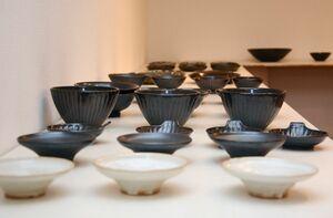 川本太郎さんが手掛けた「黒」をテーマにした新作の器=佐賀市松原のシルクロ
