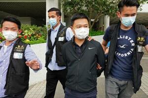 17日、香港警察に逮捕された蘋果日報の羅偉光編集長(右から2人目)(AP=共同)