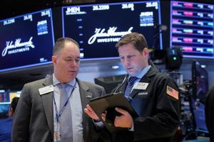 ニューヨーク証券取引所のトレーダー=24日(ロイター=共同)