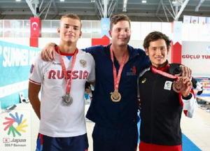 男子50㍍背泳ぎで銅メダルを獲得した金持義和(右)=トルコ・サムスン(全日本ろうあ連盟提供)
