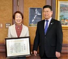 受賞を喜ぶ瀧川文子さん(左)と岩島正昭町長=太良町役場(提供)