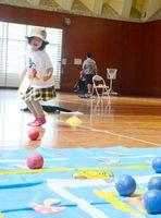 競技を楽しむ参加者=神埼市の日の隈公園体育館